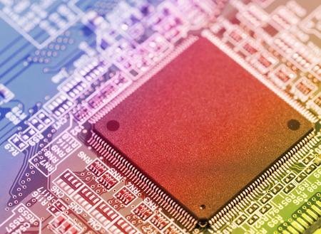 silicio: chip de silicio sobre una placa de circuito microprocesador