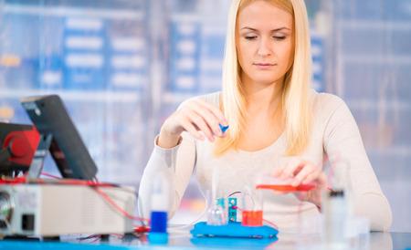 hidrogeno: Cient�fico de la mujer con pila de combustible de hidr�geno en el laboratorio Foto de archivo