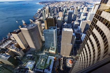seahawks: SEATTLE - OCTUBRE 4: Vista aérea del centro de Seattle y Centurylink Stadium, casa de los Halcones Marinos de Seattle Sounders y, el 4 de octubre de 2013 en Seattle, WA, EE.UU.