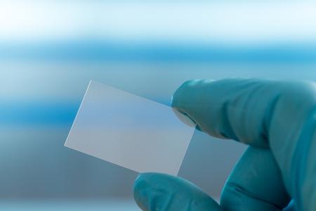 Biopsia: portaobjetos de microscopio vacío en la mano