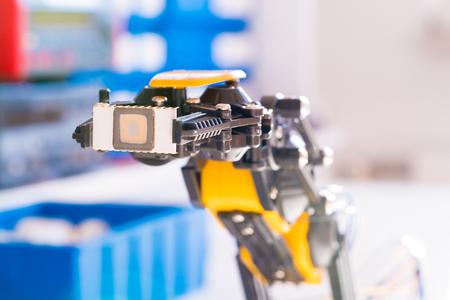 Chip di elettronica IC nel braccio del robot Archivio Fotografico - 63068155
