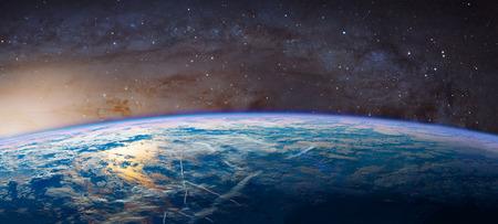 horizonte: Planeta Tierra con luz de rayo de sol que aparece.