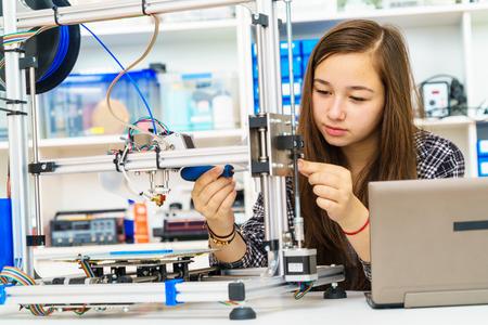 dziewczyna w klasie robotyki elektronicznego urządzenia badawczego