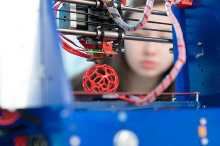 Jonge vrouw, schoolmeisje print 3D model op 3D printer