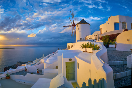 Windmill in the village of Oia at sunset, Santorini, Greece 免版税图像