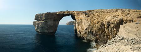 푸른 창 고조 섬. 몰타. 푸른 창문은 몰타의 섬 고조 (Gozo)에있는 28 미터 높이 (92 피트)의 돌 천연 아치입니다.