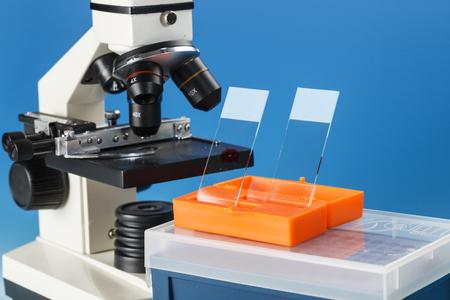 현미경 주제 표 및 생물학적 시료. 현미경은 많은 과학 미생물학 실험실에서 주요 연구 도구입니다