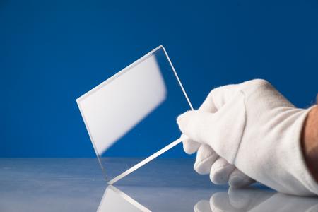 Kogelvrij glas in het laboratorium van optica. Controle van de optische eigenschappen van gehard glas