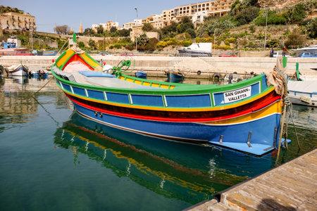 Mgarr, Malta - oktober 2014: schepen en boten in de haven van Mgarr Redactioneel