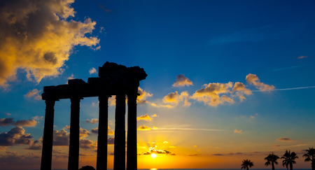 templo romano: Ruins of an ancient Roman temple during sunset