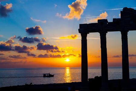 日没時に古代ローマの寺院の遺跡