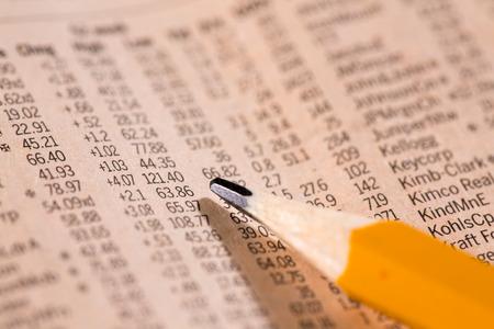 Krant illustratie met een schema van de kosten van financiële aandelen Stockfoto - 85053488
