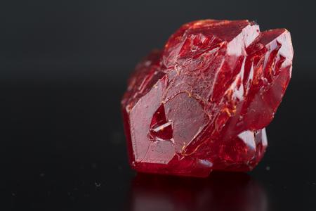 黒い背景に赤い天然結晶鉱物 写真素材 - 89618362