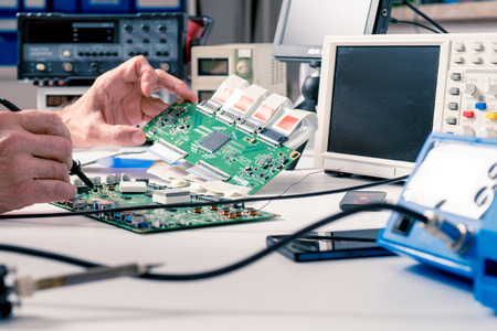 서비스 센터에서 최신 모니터의 PCB를 수리합니다. 실험실 전자 프로세서 기술 스톡 콘텐츠