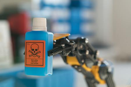 ロボットはチューブを化学薬品で保持する