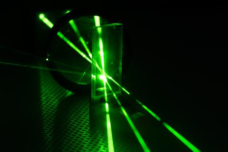 Esperimento in laboratorio fotonico con laser