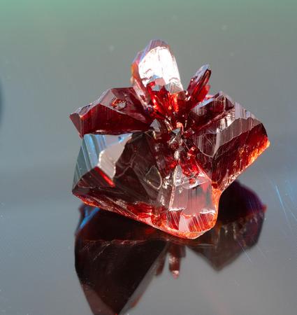 Cristal rouge brut naturel. Pierre minérale précieuse rouge naturelle