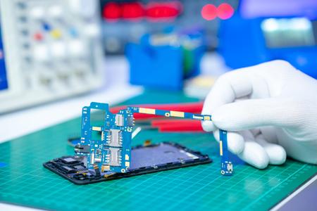 Handy im Labor reparieren