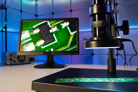 Inspection of the quality of silicon chips in the laboratory with a microscope Imagens