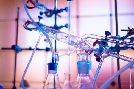 Glasinstrumente im Labor der chemischen Synthese Standard-Bild