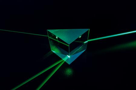 Laserstrahl und optisches Glas auf schwarzem Hintergrund