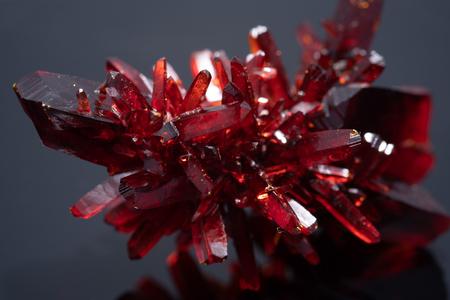Cristal rouge. Minéral naturel