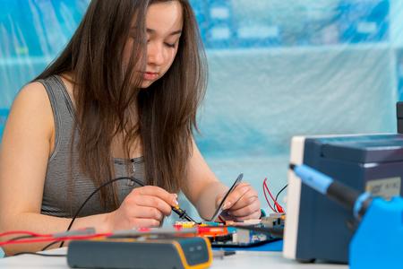 schoolgirl  in electronics class Reklamní fotografie - 122824777