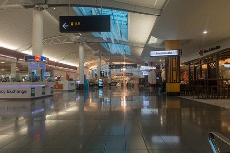 AUCKLAND - 15 DEC 2016: Passagiers die door de nieuwe luchthaven van Auckland gaan