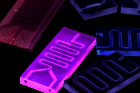 Organ-on-a-Chip (OOC) - Mikrofluidik-Gerätechip, der biologische Organe simuliert, die eine Art künstliches Organ sind. Prototyp des Design Lab-on-a-Chip im Mikrofluidiklabor Standard-Bild