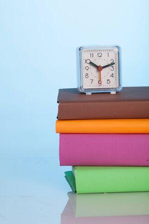 书桌上的书籍和手表