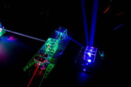 Rayos láser en el laboratorio de física óptica Foto de archivo