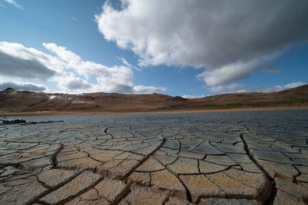 Droog land in de woestijn. Gebarsten bodemkorst Stockfoto