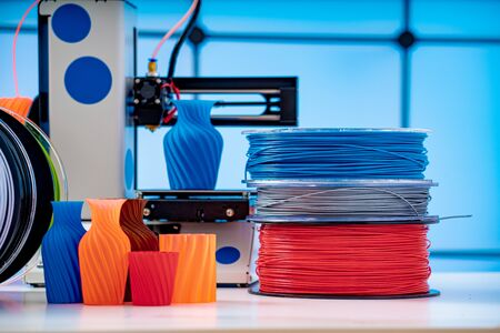 3D Printer Plastic filament for 3D printer and printed products in the interior of the design office Standard-Bild