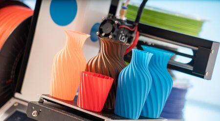 3D Printer Plastic filament for 3D printer and printed products in the interior of the design office Stockfoto