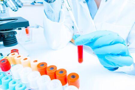 Girl lab technician at the clinics microbiology laboratory Stockfoto