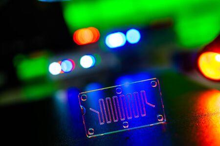 Organ-on-a-Chip (OOC) - Mikrofluidik-Gerätechip, der biologische Organe simuliert, die eine Art künstliches Organ sind. Prototyp des Design Lab-on-a-Chip im Mikrofluidiklabor