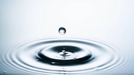 Primo piano di una goccia d'acqua che cade sulla superficie dell'acqua