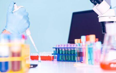 experimento científico en laboratorio de microbiología. pipeteo de materiales genéticos