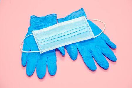 Medizinische Maske, Brille und Handschuhmaske im Hintergrund, Schutz vor Coronavirus. Atemschutzmaske und Latexhandschuhe und Schutzbrille für das Gesicht - notwendige Attribute während der epidemischen Covid-19 Standard-Bild