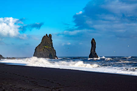 The cliffs by the township of Vik in Iceland Reynisdrangar basalt sea stacks 写真素材 - 154994560