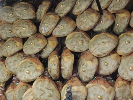 jamones: la parte posterior de jamones colgando en grandes cantidades para la venta en una tienda