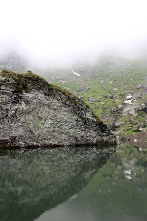 fagaras: Lago glaciale da Fagaras nelle montagne carpatiche