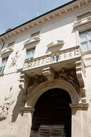 ornated: Ferrara 05.16.2010 - balcone adornato di casa medievale da Ferrara