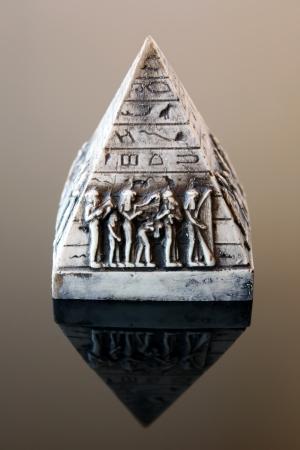 scribes: Piramide decorativo isolato su sfondo nero