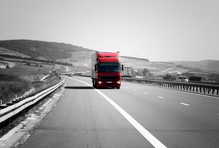 autopista: Cami�n rojo en la carretera se est� moviendo r�pidamente