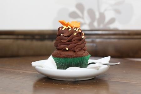 ornated: Cupcake ornated sul piatto bianco