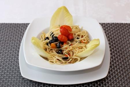 andijvie: Spaghetti met groenten en andijvie blaadjes witlof