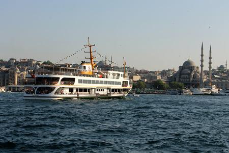 gullet: Estambul, Turqu�a - 30 06 2014 - Recipiente en B�sforo garganta