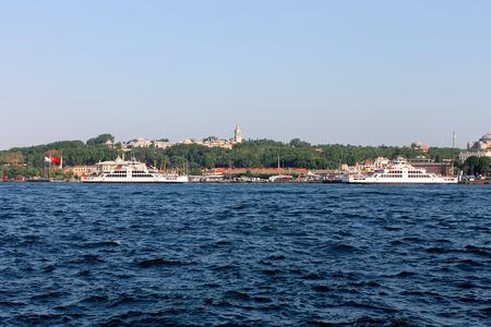 gullet: Estambul, Turqu�a - 30 06 2014 - Los buques de crucero en el B�sforo garganta