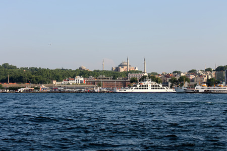gullet: Estambul, Turqu�a - 30 06 2014 - Pasajeros barco en el B�sforo garganta